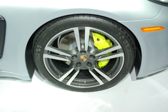 2014 Porsche Panamera S E-Hybrid_ front wheel with day-glow green brake caliper_LA Auto Show_November 23, 2013