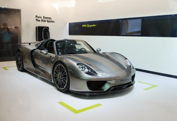 2014 Porsche 918 Spyder_3/4 front view_LA Auto show_November 23, 2013