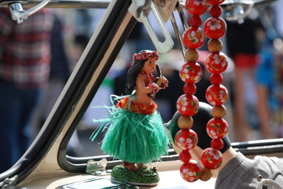 Dash mounted hula girl_ two tone Type 2 with beads_OCTO Winter meet_Long Beach , CA_February 8, 2014