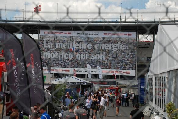 Porsche supergraphics_La meilleure energie motice qui soit_pit row grandstands_Le Mans24_June 14, 2014